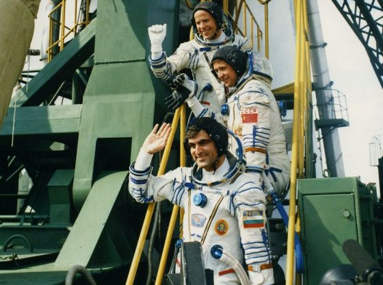 "Екипажът на ""Союз ТМ-5"" (от горе надолу): Анатолий Соловьов, Виктор Савиних и Александър Александров"
