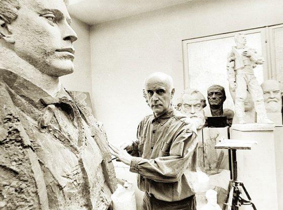 Владимир Гиновски в ателието си по време на работа