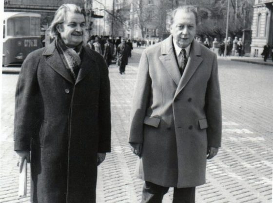 Проф. Гочо Гочев (вляво) и проф. Любомир Тенев из софийските улици, 1980 г.