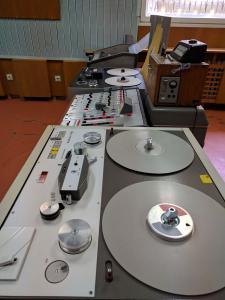 Грамофон, магнетофони, пулт - всичко, което е нужно за излъчване на програма