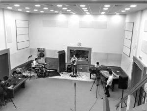 Репетиция на джаз триото Dock in Absolute във Второ студио на БНР по случай 6-годишнината на Бинар, 2018 г.