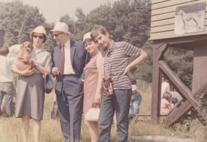 От ляво надясно: Гина Симеонова, Атанас Бояджиев, Лина Бояджиева и Кристиян Бояджиев в Ловния парк през 1967 г.