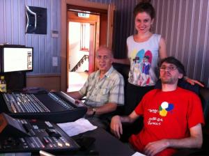 Антония Антонова в апартаната на Бинар заедно с Живко Марев (вляво) и Йосиф Кокончев (вдясно), 2013 г.