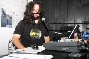"""Водещият на предаването """"Фалшименто"""" и музикален редактор на стрийма """"Инди"""" Илиян Ружин в Пловдив, 2013 г."""