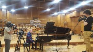 Свилен Орозки (вляво) и Йордан Марков (вдясно) заснемат пианиста Марио Ангелов в Първо студио по повод предстоящ концерт на Симфоничния оркестър на БНР, 2018 г.