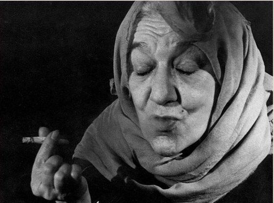 """Олга Кирчева в ролята на старицата просякиня в """"Кремълският часовник"""" от Николай Погодин"""