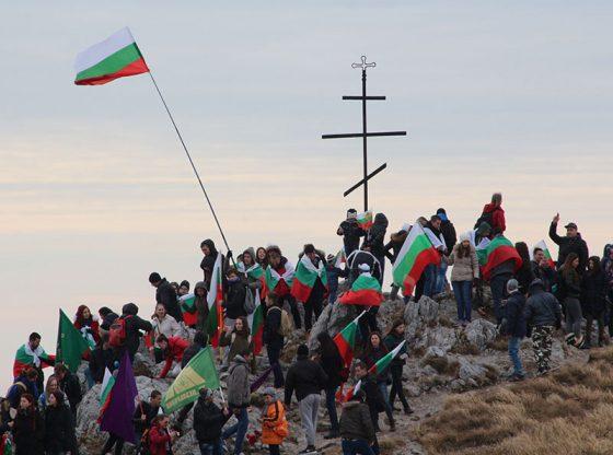Всяка година хиляди българи изкачват връх Шипка, за да отдадат почит към героите, загинали за свободата на България