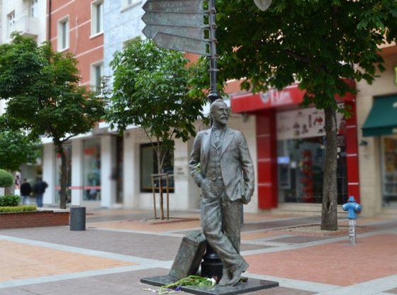 От 11 май 2016 г. паметникът на Щастливеца в центъра на София гледа към Витоша.