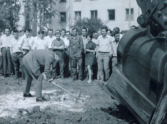 Поетът Павел Матев прави първа копка на новата сграда на Радиото (1971 г.)