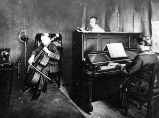 Снимка от първото радиоизлъчване в Германия с музикантите Ото Урак и Фриц Голдшид
