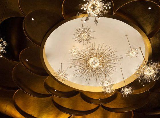 Централен елемент на фоайето са единадесет кристални полилеи, наподобяващи съзвездия с блестящи луни и сателити, а в самата концертна зала са инсталирани 21 полилеи, най-големият от които е с диаметър 5,5 м.