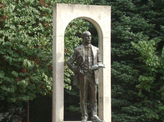 Паметникът на Добри Войников в Шумен