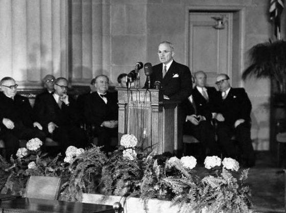 Американският президент Хари Труман произнася реч след подписването на договора за създаването на НАТО