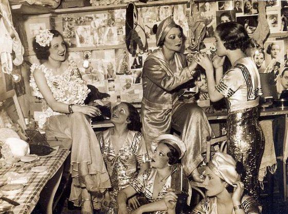 """В Париж Фео Мустакова (първата от ляво) танцува в трупата на прочутото вариете """"Фоли Бержер"""""""
