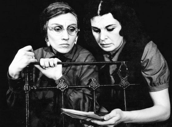 """Катя Динева (отляво) и Антоанета Рашеева в постановката """"Любов необяснима"""" от Недялко Йорданов, сезон 1973/74 г."""