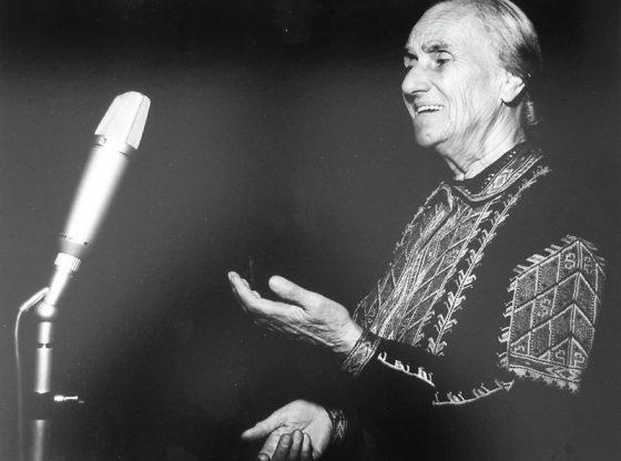 """От 30-те години до края на живота си Гюрга Пинджурова обогатява с гласа си програмите на държавното радио. Снимката е направена от музикалния оформител на Радио София Мирчо Сливенски и е представена в колекционерската му изложба """"Историята на БНР в кадри"""" по случай 80-годишнината на обществената медиа."""