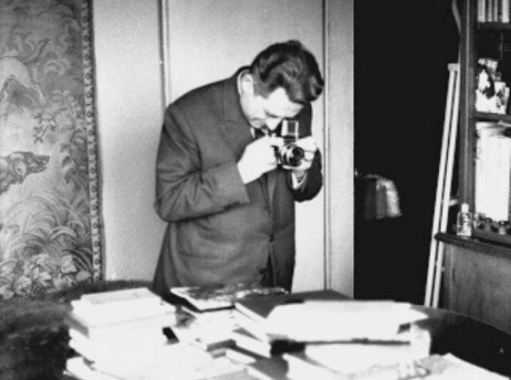 Иван Богданов пред работната си маса. София, април 1973. Снимка: Михаил Тошков