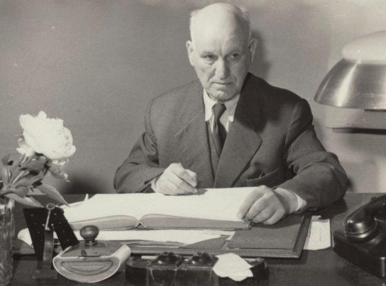 Николай Лилиев в кабинета си в Народния театър