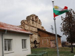 """Основно училище """"Св. Св. Кирил и Методий"""" (вляво) в Нови хан"""