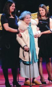"""Лина Бояджиева с двете си внучки Кристина (вляво) и Калина по време на церемонията по връчване на наградата """"Икар"""" за изключителен принос в развитието на българския куклен театър, 2015 г."""