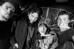 """Създателят на """"Аларма пънк джаз"""" Цветан Цветанов (вторият от ляво надясно) с полската група Keira Is You преди концерта, стриймван от Бинар, в столичния клуб """"Микстейп 5"""", 2018 г."""