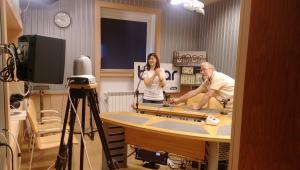 """Музикалният редактор на стрийма """"Дуенде"""" Людмил Фотев в студиото на Бинар заедно с Ана Пинял от португалската група """"Фадо виаладо"""", 2017 г."""
