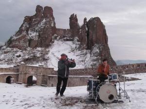 """Свилен Орозки заснема японския барабанист Йошида Тацуя на Белоградчишките скали след гостуването му на радиофестивала """"Аларма пънк джаз"""", 2017 г."""