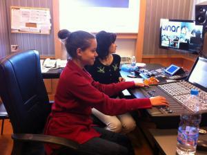 Ива Янчева (на преден план) и Веселина Минова по време на стрийм от студиото на Бинар, 2013 г.