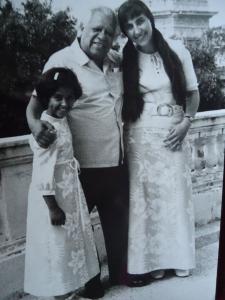 С кубинския поет Николас Гилен и дъщеричката си Оля